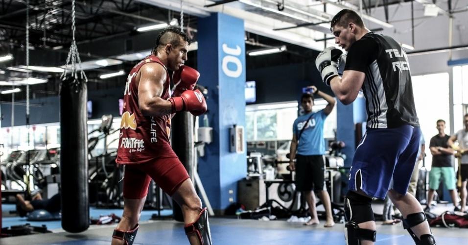 Belfort faz movimentação com rival bem mais alto e pesado durante a preparação para a luta contra Weidman