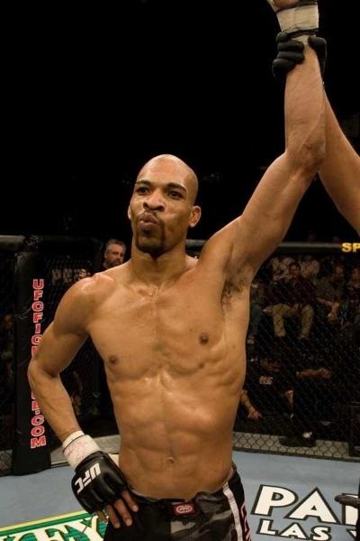 Corey Hill, ex-lutador do UFC, morreu nesta quinta-feira (14)