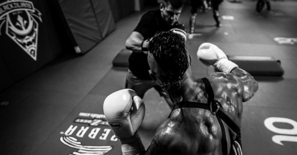 Detalhe de treino de Vitor Belfort, com as costas musculosas do lutador brasileiro: são cinco vitórias nas últimas seis lutas, com quatro nocautes e uma finalização