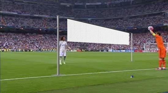 Não se sabe se Casillas tentou cobrar um lateral ou chamar Marcelo para uma partida de vôlei