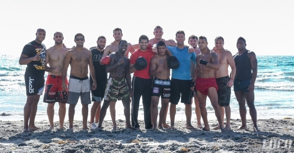 Time da Blackzilians posa junto na praia, um dos locais preferidos da equipe para deixar um pouco a rotina da academia