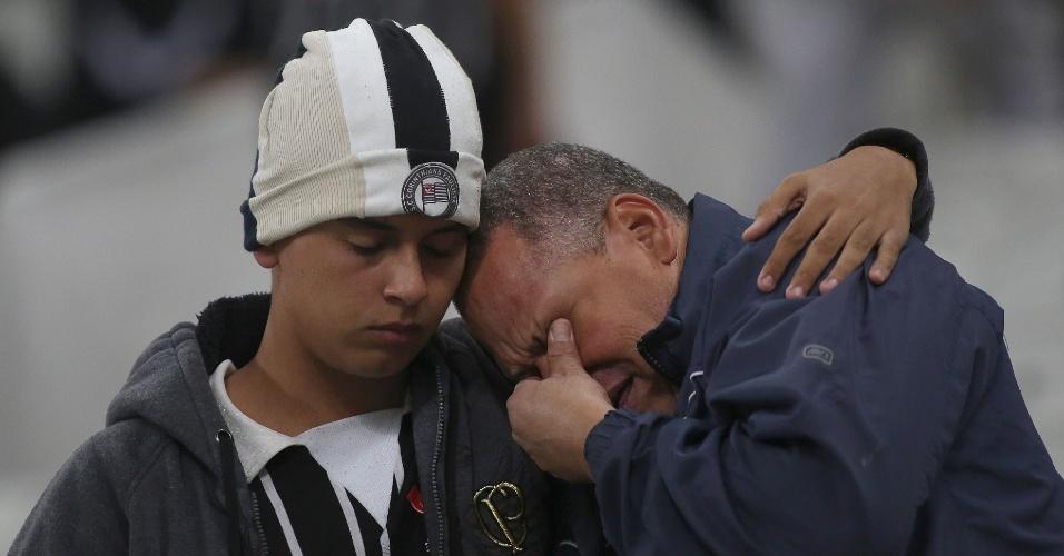 Torcedores do Corinthians choram após eliminação do clube para o Guarani, na Libertadores