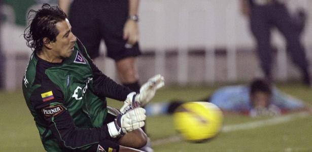 Cevallos pegou três pênaltis na final da Libertadores de 2008 e agora é governador - Reuters