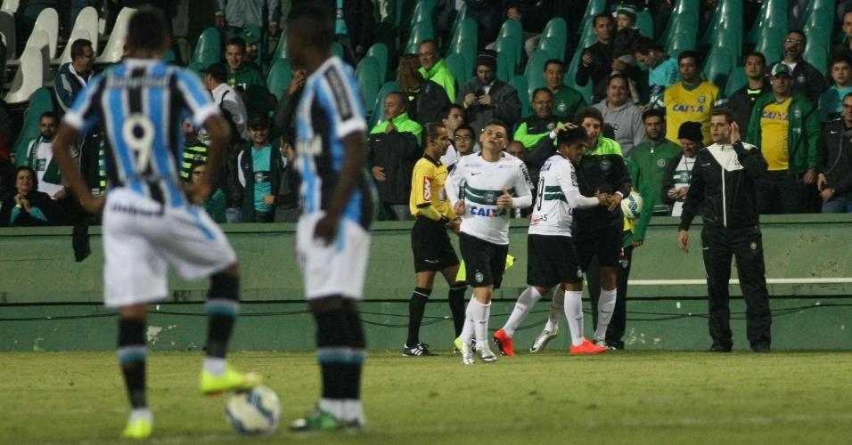 Jogadores do Coritiba comemoram gol frente ao Grêmio no Estádio Couto Pereira