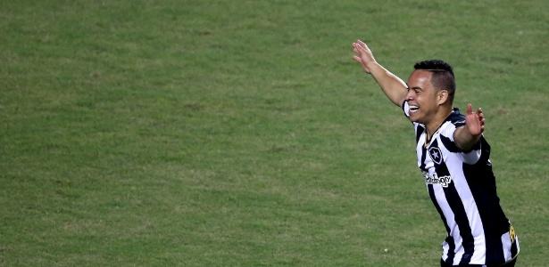 Herói de vitória do Botafogo ignora polêmica e dedica resultado a ... ce1eb82a77a58