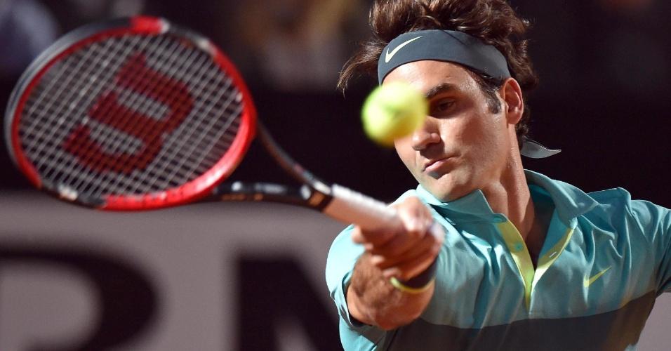 Roger Federer dispara golpe de forehand durante a vitória nas semifinais do Masters 1000 de Roma