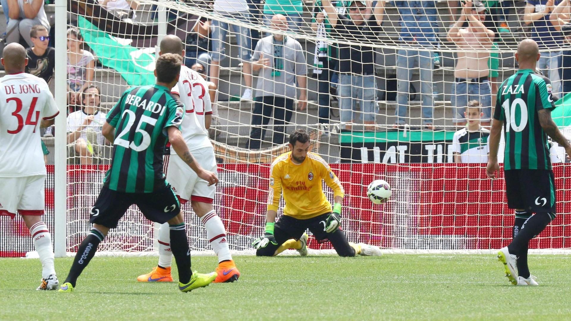 O goleiro Diego López, do Milan, olha a bola escapar de sua mão em lance polêmico que gerou o primeiro gol do Sassuolo