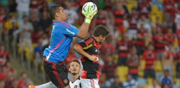 Diego Souza virou goleiro no empate entre Fla e Sport no 1º turno do Brasileirão