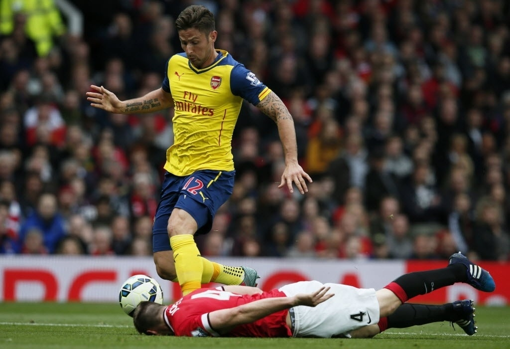 Phil Jones protagonizou um lance incomum no clássico disputado em Manchester. O atleta do United se atirou no chão e enfiou a cabeça na tentativa de interceptar a bola conduzida por Giroud, do Arsenal