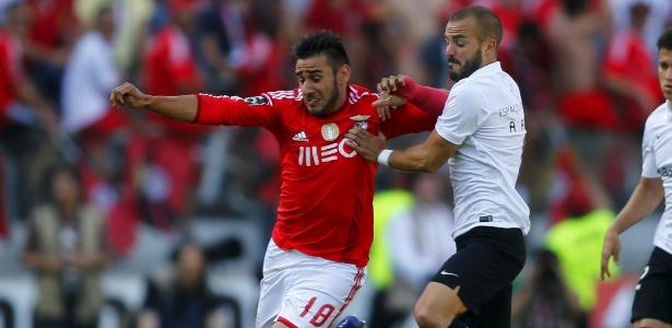 Salvio, do Benfica, briga pela bola com Andre, do Vitória Guimarães