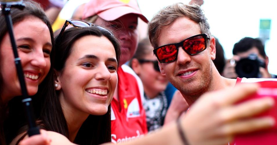 Sebastian Vettel posa para foto com fã durante o fim de semana do GP da Espanha