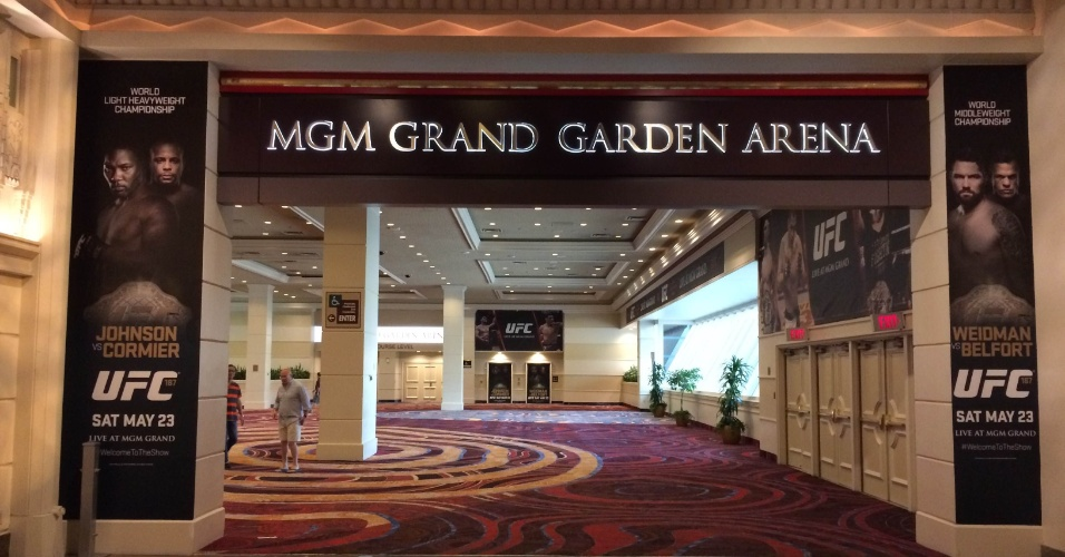 Entrada do MGM Grand Hotel e Casino exibe pôsteres do UFC 187