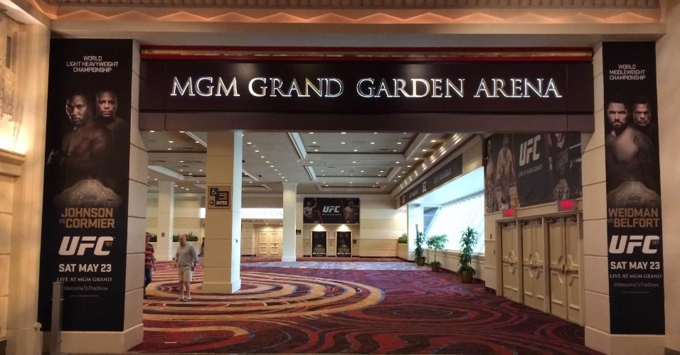 Entrada do MGM Grand Hotel e Casino exibe pôsteres do UFC 187