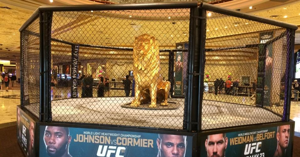 Octógono do UFC está em exposição no saguão do MGM Grand Hotel e Casino, em Las Vegas, palco do UFC 187