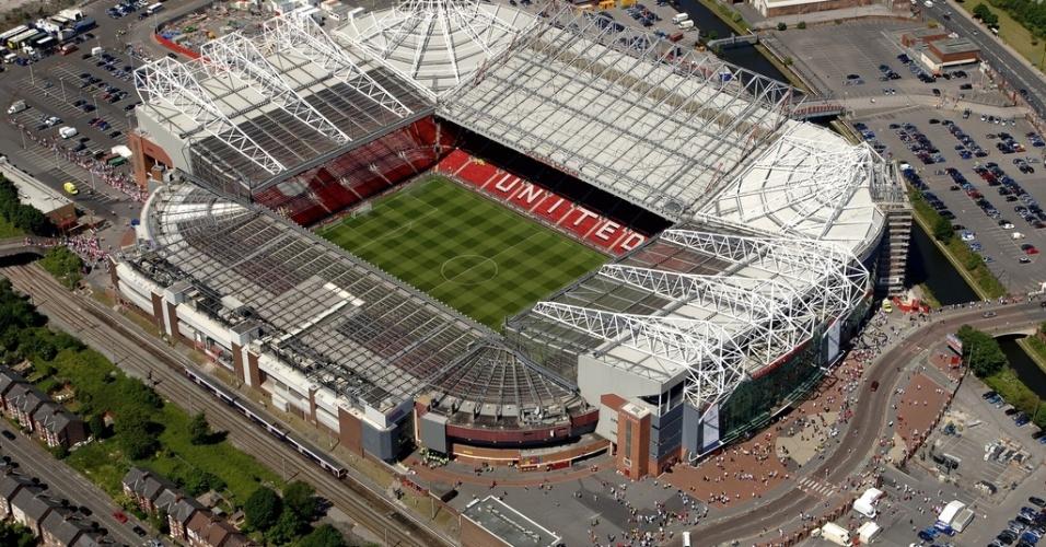 Estádio Old Trafford - Inglaterra (Manchester United) - Estádio com mais de 100 anos de vida, o Old Trafford se tornou pequeno pela grandeza do Manchester United. A última grande reforma elevou a quantidade de espectadores para 67.500. Mas quem quiser assistir a um jogo deverá suar, pois praticamente todos os ingressos são destinados aos sócios