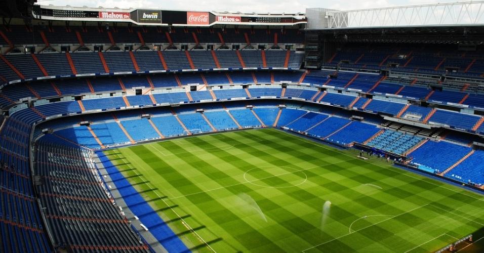 Estádio Santiago Bernabeu - Espanha (Real Madrid) - Criado em 1947. Atualmente comporta mais de 80 mi espectadores. Foram várias reformas, sendo a mais recente neste século. De 2001 a 2006, o clube investiu no conforto dos torcedores. Para isso, o time madrilenho gastou mais 130 milhões de euros. O estádio conta com a avaliação da Fifa, que deu 5 estrelas