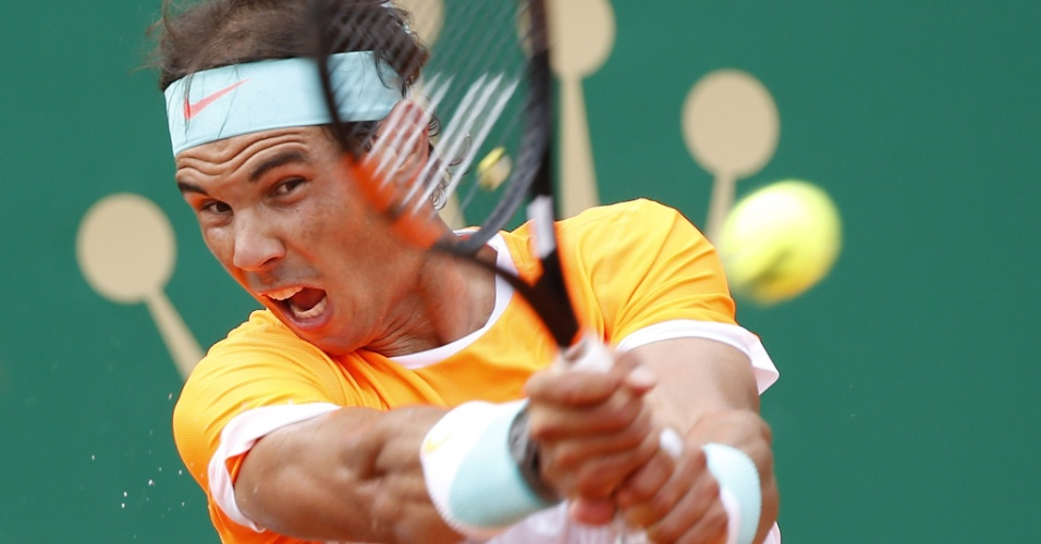 Rafael Nadal acerta backhand na semifinal do Masters 1000 de Monte Carlo