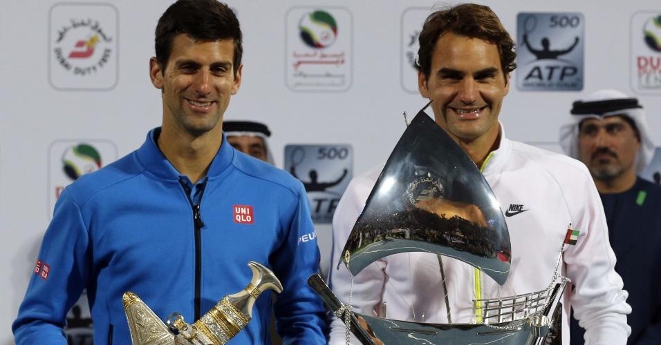 Djokovic com a taça de vice-campeão de Dubai após derrota para Federer
