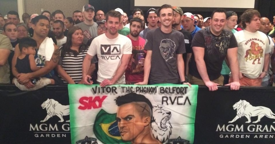 Torcida de Vitor Belfort comparece ao MGM para acompanhar a entrevista coletiva
