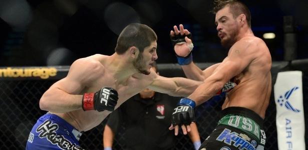 Islam Makhachev, à esq, em ação no UFC - Joe Camporeale/USA TODAY Sports