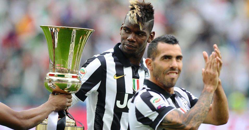 pogba e tevez ao lado do trofeu de campeao italiano 1432403481520 956x500 Calcio: a Roma abate o Pescara, 4 X 1, e se reaproxima da Juve. De todo modo, ainda oito pontos de diferença em favor da Senhora.