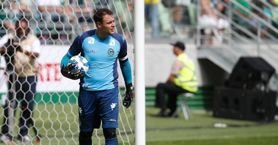 Goleiro Renan, do Goiás, durante jogo do Campeonato Brasileiro