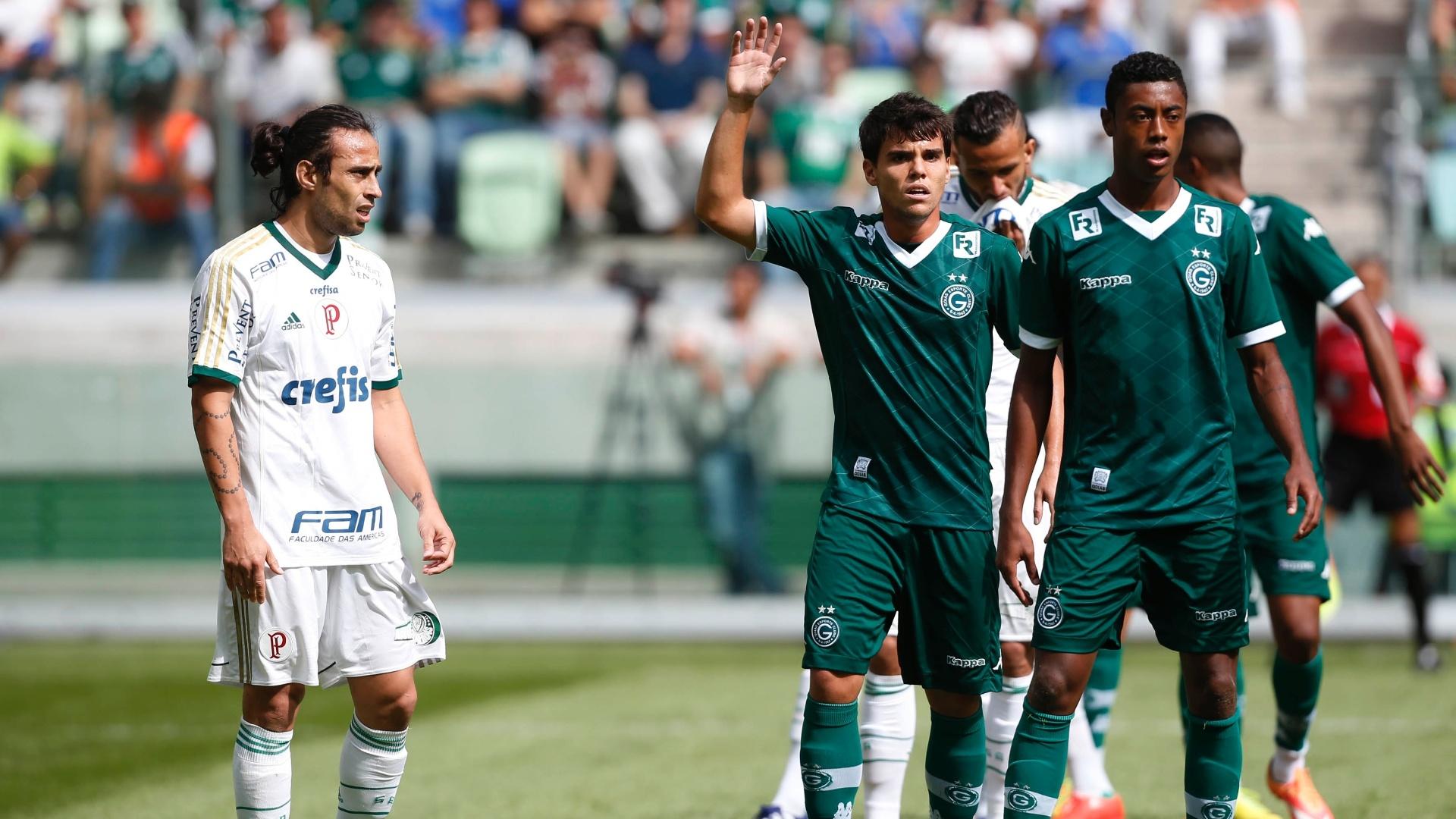 Valdiva (branco) encara jogadores do Goiás em jogo do Palmeiras