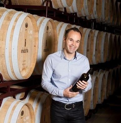 Iniesta em sua vinícola na Espanha, a Bodega Iniesta