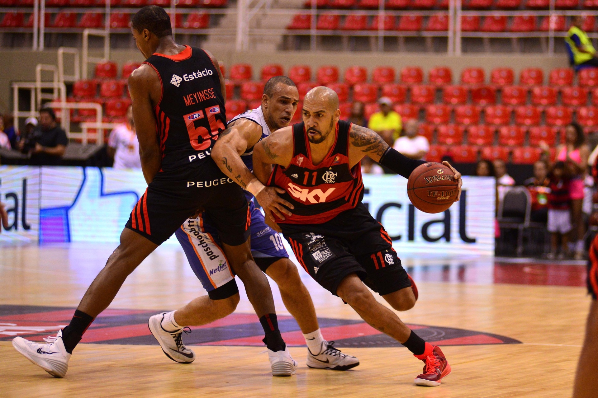 Na final do NBB, Marquinhos, do Flamengo, se desvencilha da marcação de Alex, do Bauru