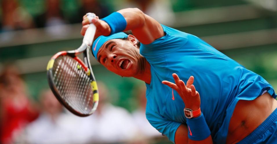 Rafael Nadal saca em sua estreia em Roland Garros
