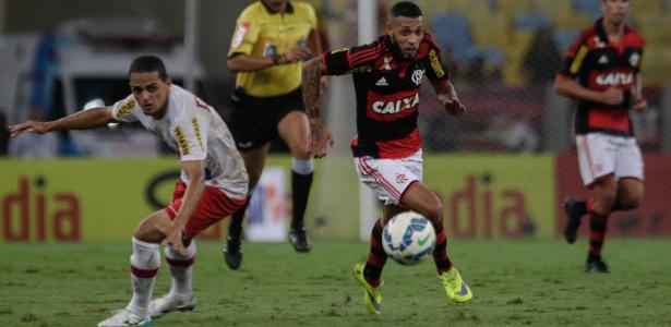 Paulinho disputa a bola no empate entre Flamengo e Náutico no Maracanã