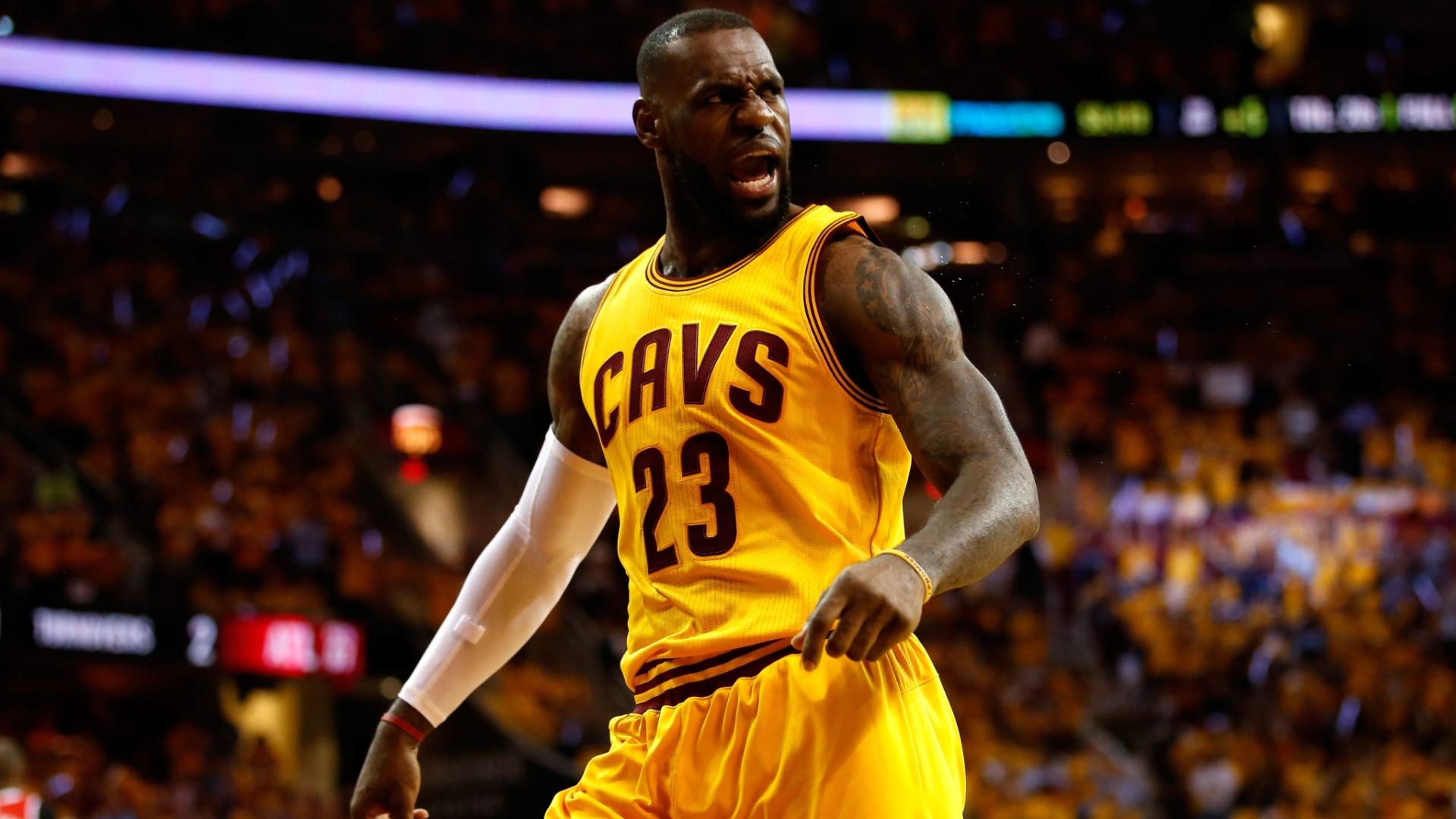 LeBron James comemora durante partida do Cleveland Cavaliers