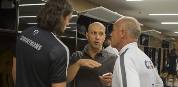 Alessandro conversa com Cássio no vestiário corintiano: ex-jogador acumula funções no Corinthians