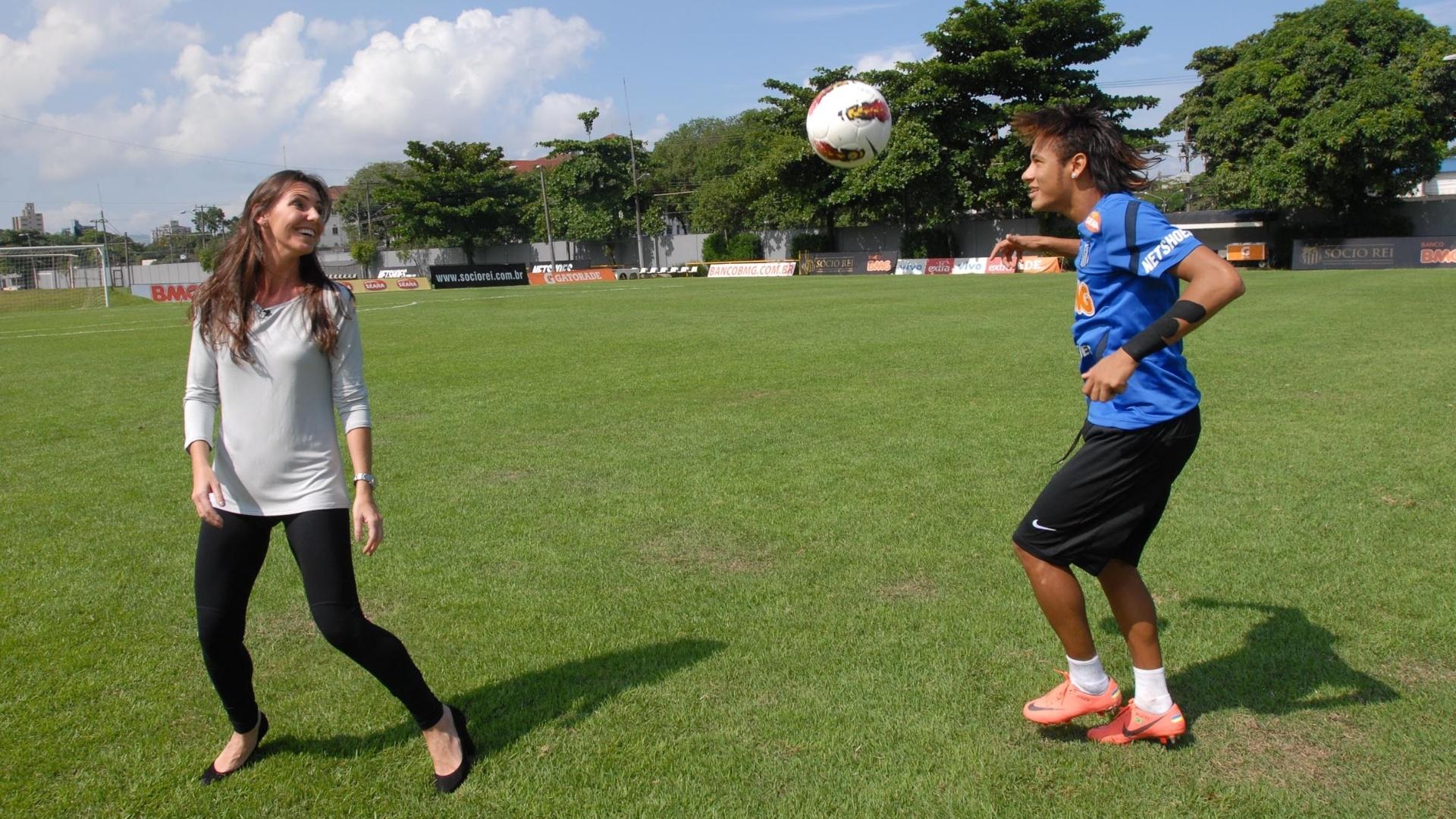 Glenda bate bola com Neymar durante gravação do programa Esporte Espetacular, em abril de 2012