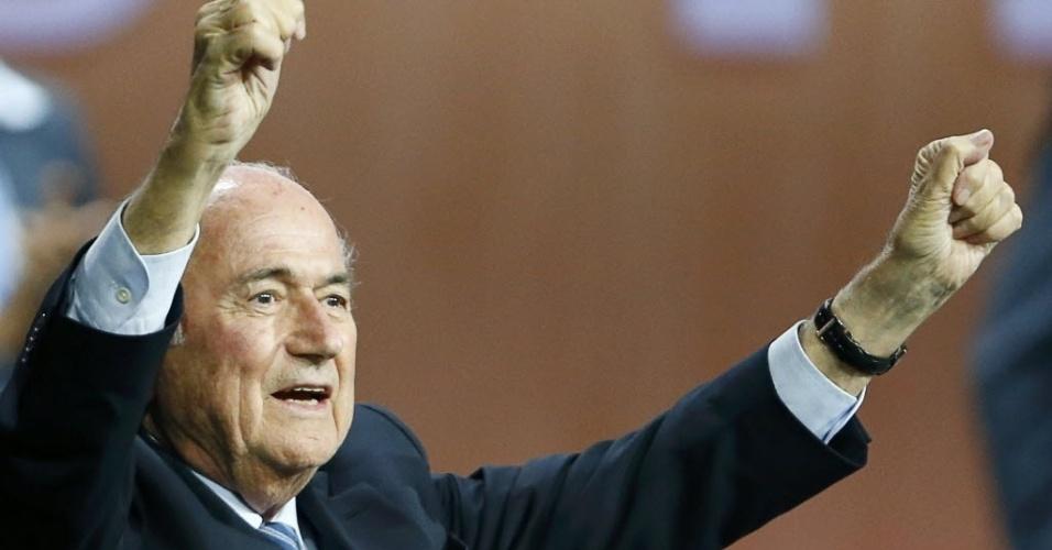 Joseph Blatter comemora reeleição após comunicado de Ali BIn Al Hussein, que desistiu de disputar o segundo turno