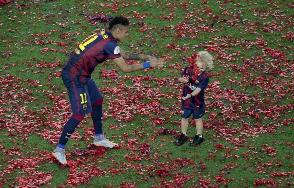 Brasileiro Neymar brinca com o filho Davi Lucca após a final da Copa do Rei no estádio Camp Nou. O Barça venceu o Athletic Bilbao por 3 a 1 e conquistou o título