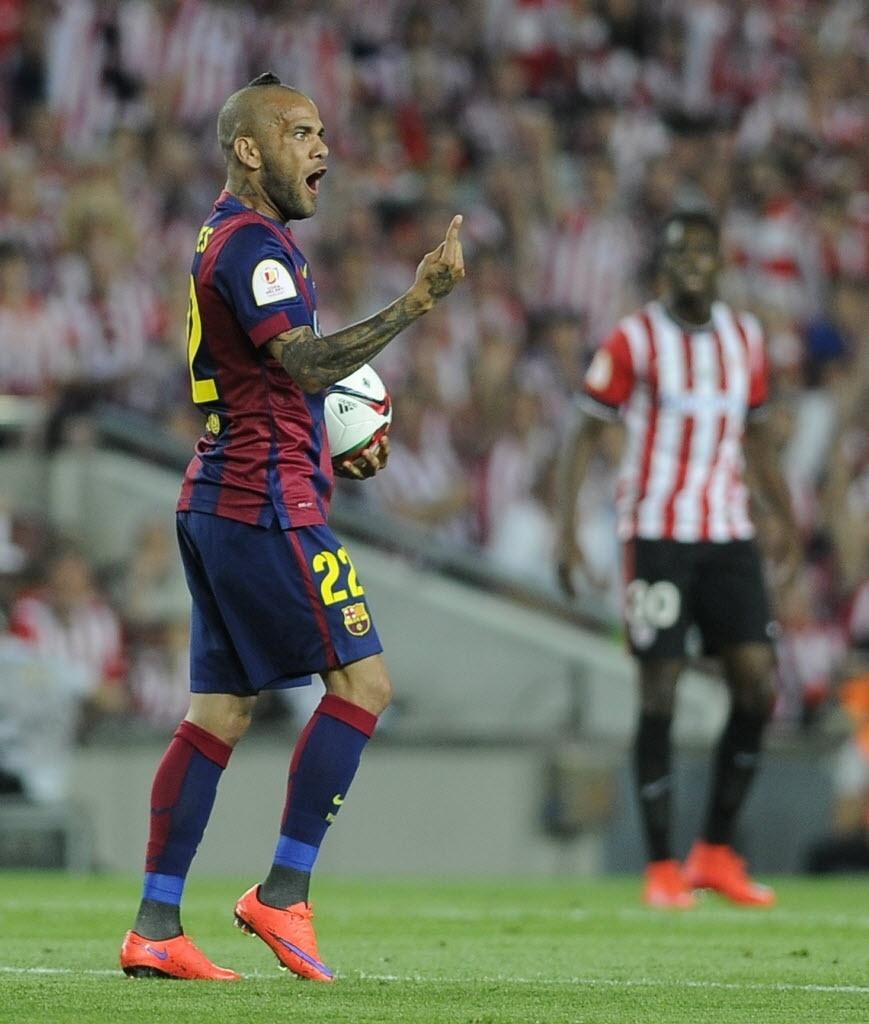 Daniel Alves chamou atenção logo na chegada ao Camp Nou por causa do corte de cabelo