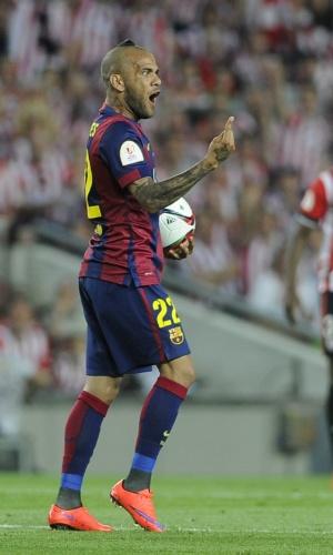 Daniel Alves, com um cabelo ousado, reclama de lance na partida entre Barcelona e Athletic de Bilbao