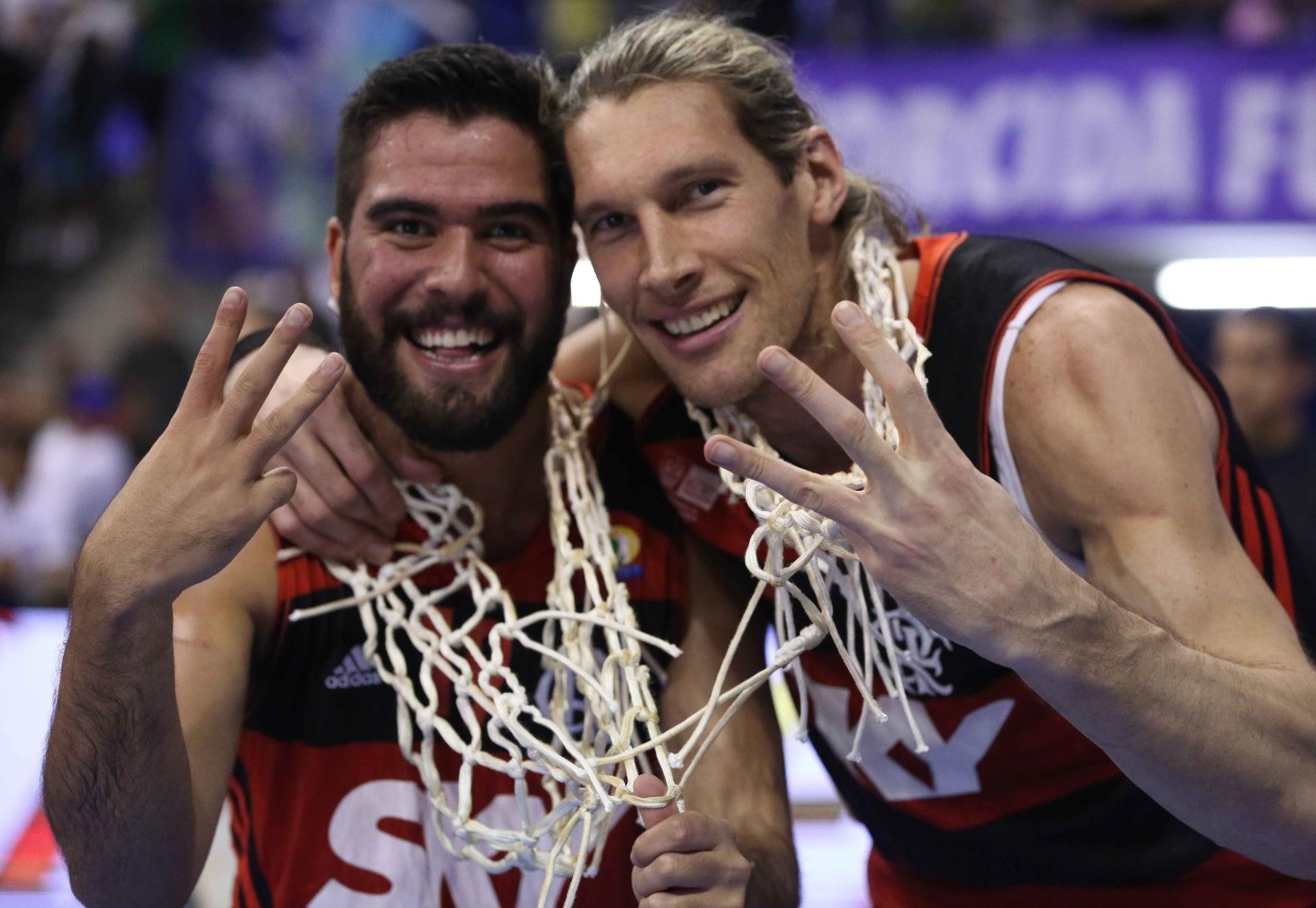 Gegê e Herrmann comemoram o título do Flamengo no NBB