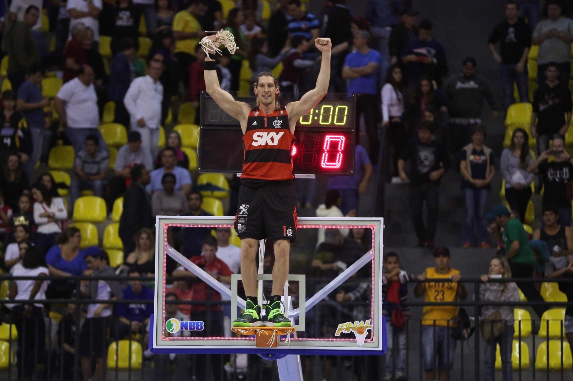 Herrmann sobe na cesta para comemorar o título do Flamengo no NBB