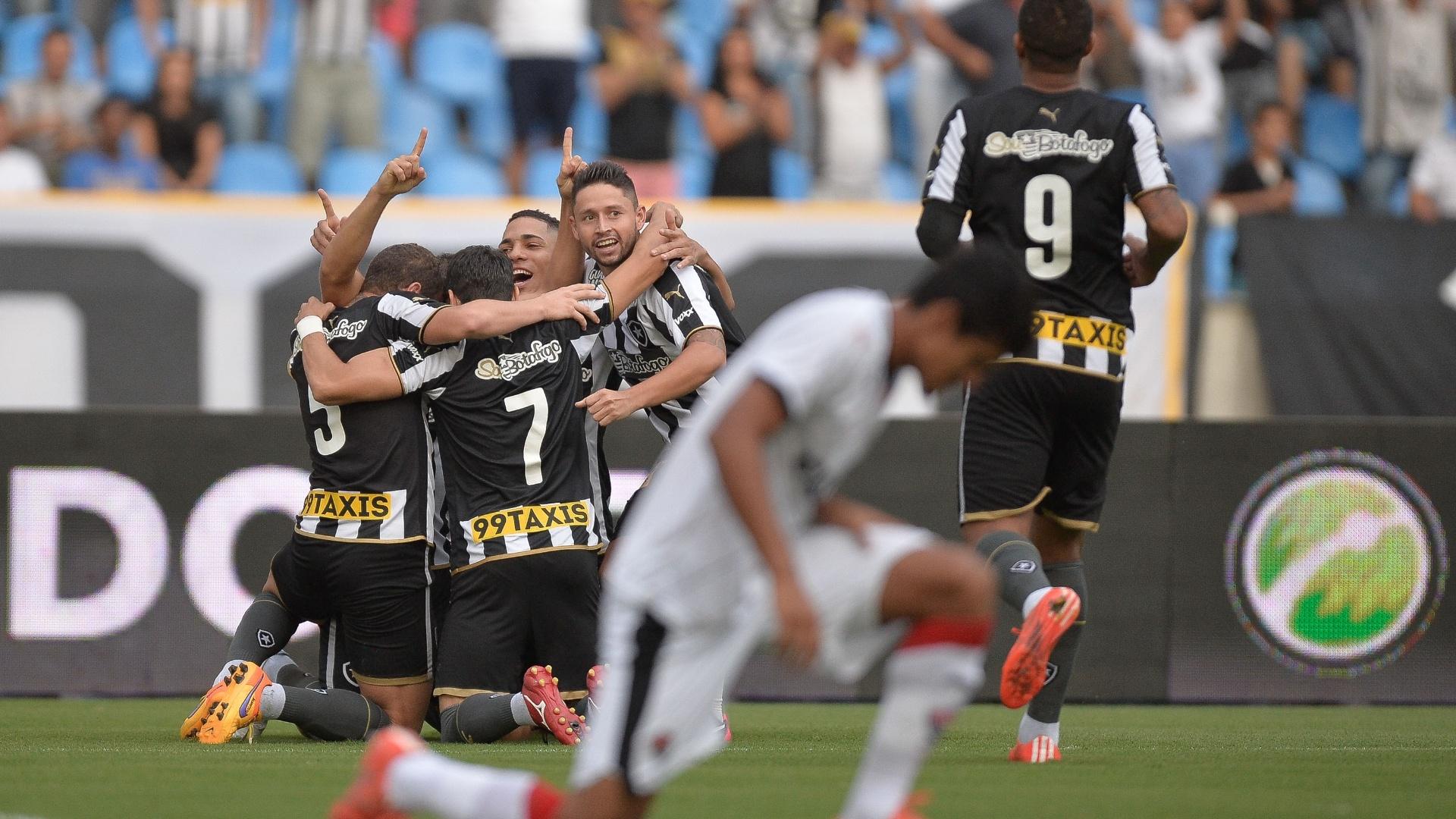 Jogadores do Botafogo comemoram gol de Diego Giaretta contra o Vitória, no Estádio Nilton Santos (Engenhão), pela Série B do Campeonato Brasileiro 2015