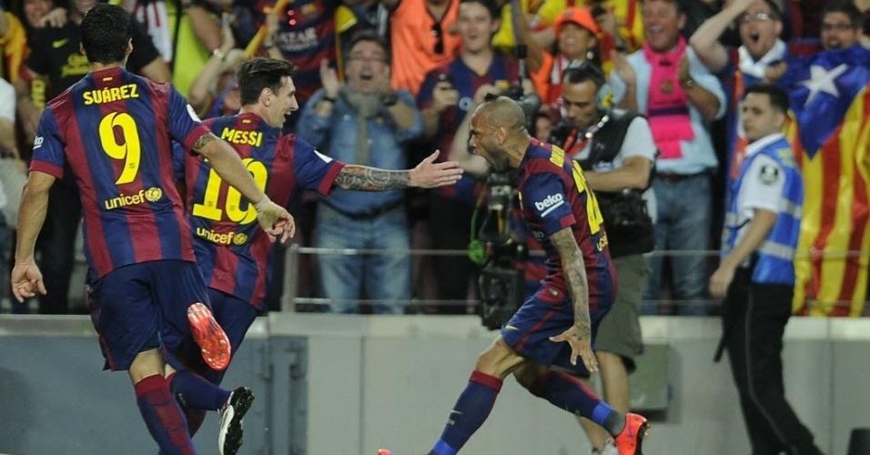Lionel Messi marca um golaço na final da Copa do Rei contra o Athletic Bilbao e comemora com os companheiros