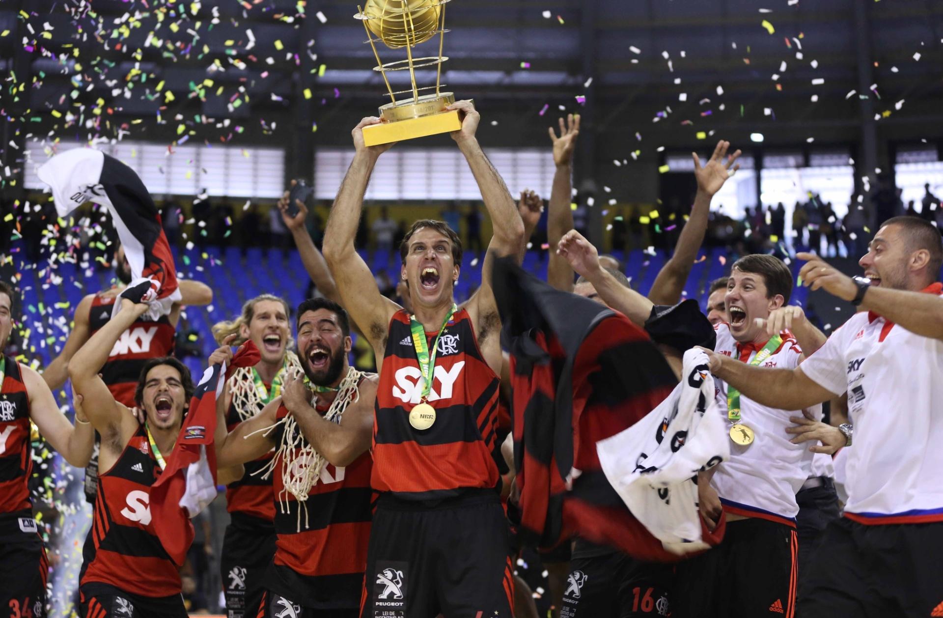 Marcelinho Machado ergue o troféu de campeão do NBB com os jogadores do Flamengo