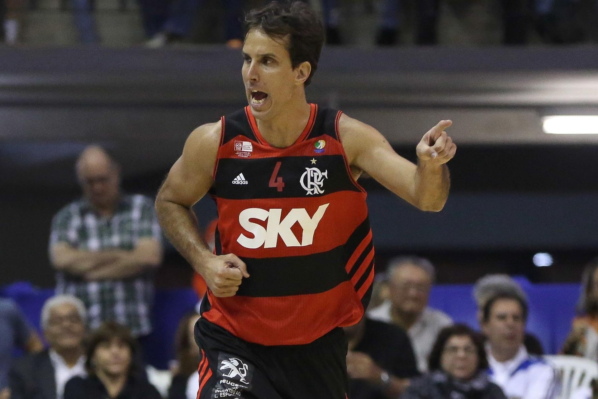 Marcelinho Machado vibra após cesta na vitória do Flamengo sobre o Bauru