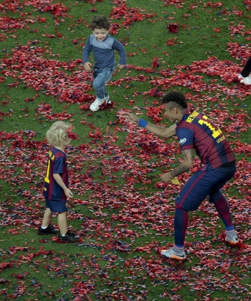 Neymar, Davi Lucca e outra criança brinca no gramado com o papel picado
