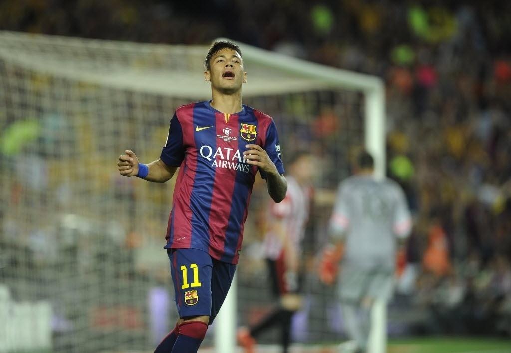 Neymar lamenta após ter gol anulado por impedimento na final da Copa do Rei entre Barcelona e Athletic Bilbao