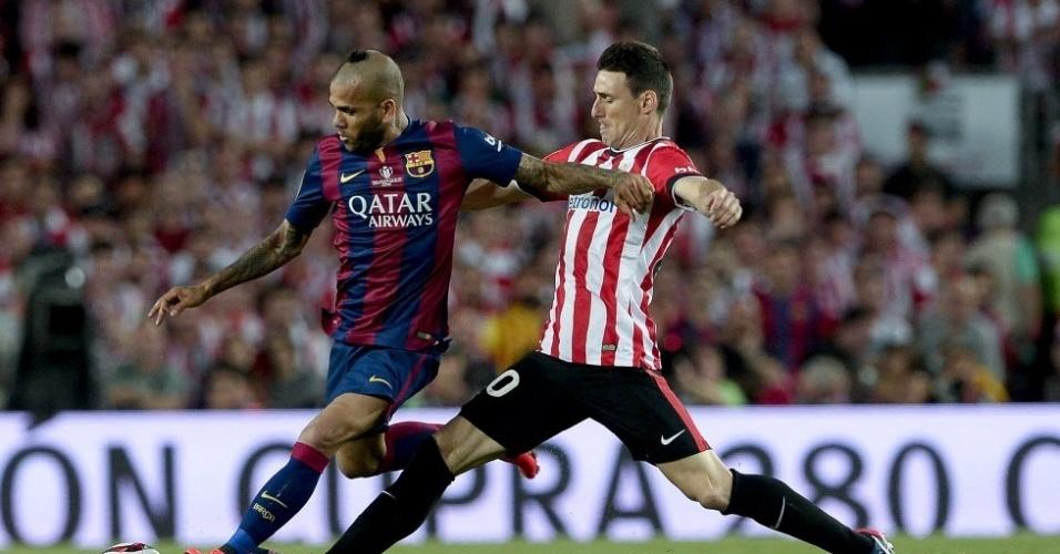O brasileiro Daniel Alves adotou um corte de cabelo estranho para a final da Copa do Rei. O lateral do Barcelona carrega a bola e é acompanhado de perto por Aritz Aduriz, do Athletic Bilbao
