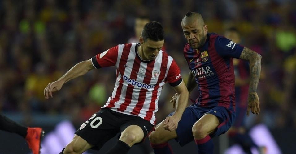O brasileiro Daniel Alves adotou um corte de cabelo estranho para a final da Copa do Rei. O lateral do Barcelona encara a marcação de Aritz Aduriz, do Athletic Bilbao