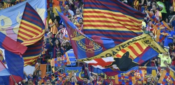 Torcida do Barcelona lota e faz festa com bandeiras no Camp Nou