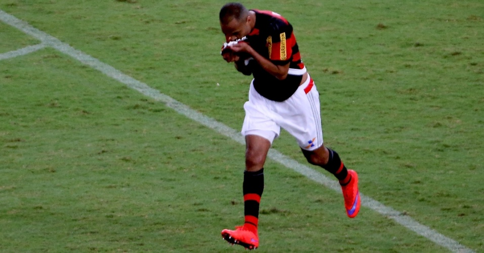 Alecsandro beija o escudo do Flamengo depois de marcar contra o Fluminense